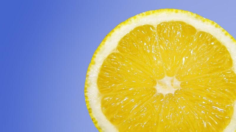 Buah lemon untuk scrub wajah alami