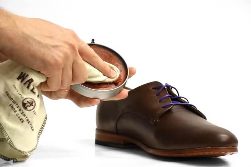 Cara Menyemir Sepatu Kulit yang Benar - Oleskan semir sepatu