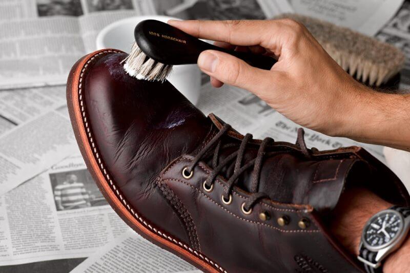 Langkah menyemir sepatu kulit -