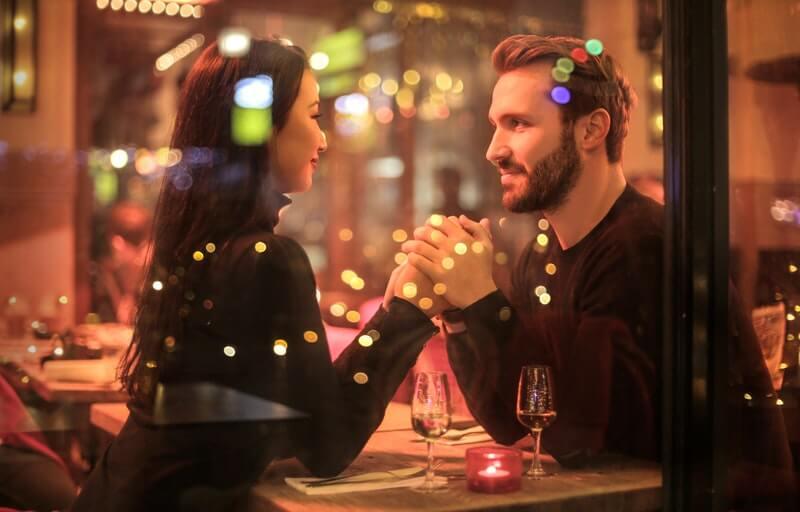 Cara agar tetap semangat bekerja ke kantor - Lakukan Kencan dengan Pasangan atau Teman