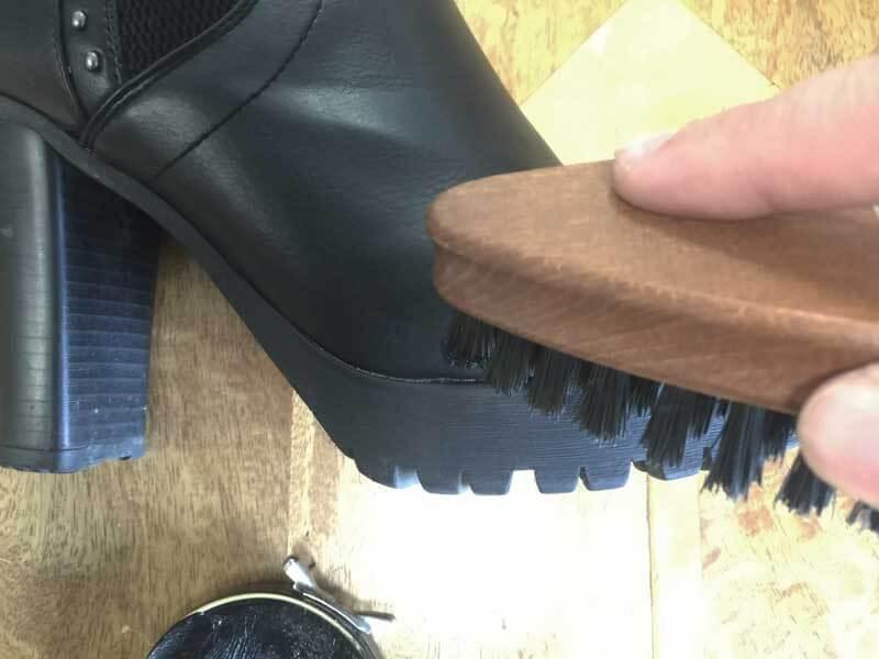 Cara Menyemir Sepatu Kulit -  Bersihkan Sisa Semir