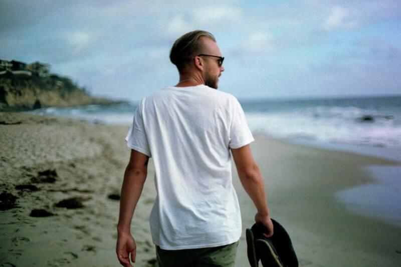 Gunakan Pakaian Tipis saat Jalan di Pantai