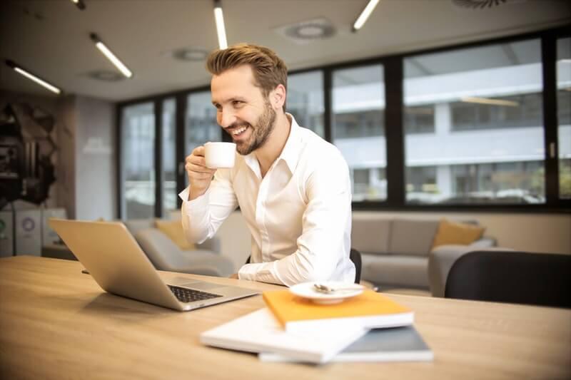 Cara agar semangat bekerja di kantor - tertawa yang banyak