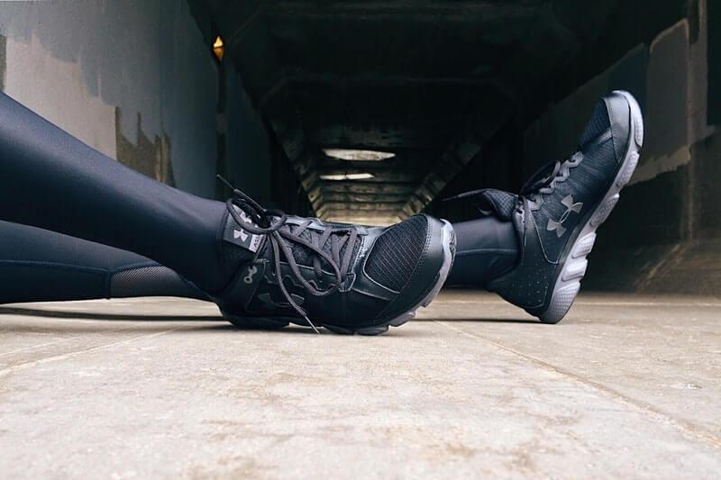 Tips memilih warna sepatu - gunakan warna netral hitam
