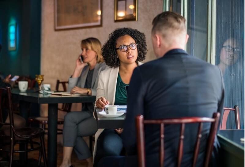 cara menghilangkan beban pikiran - bicarakan dengan teman atau pasangan