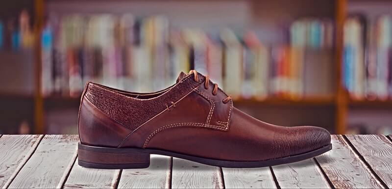 Sepatu kulit berwarna burgundy