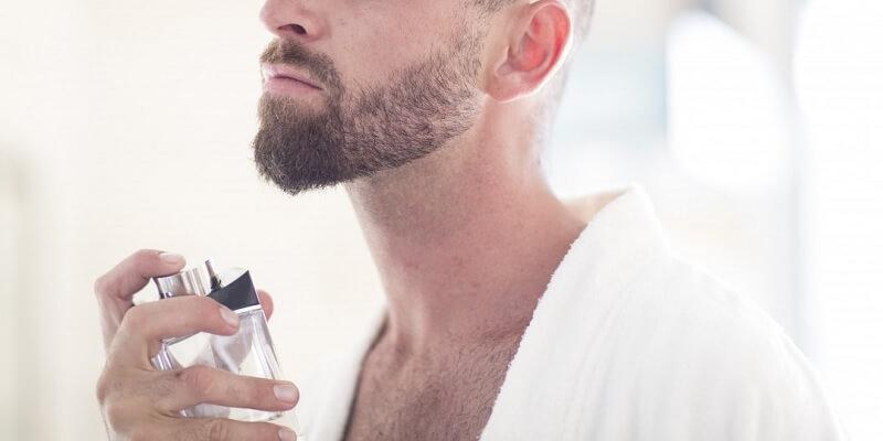 Pakai Parfum Sebelum Berangkat Kerja