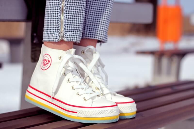 panduan memilih warna sepatu pria - gunakan putih sebagai warna netral untuk gaya kasual
