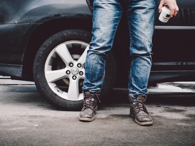 Tips memilih sepatu pria untuk celana jeans - pakai warna netral