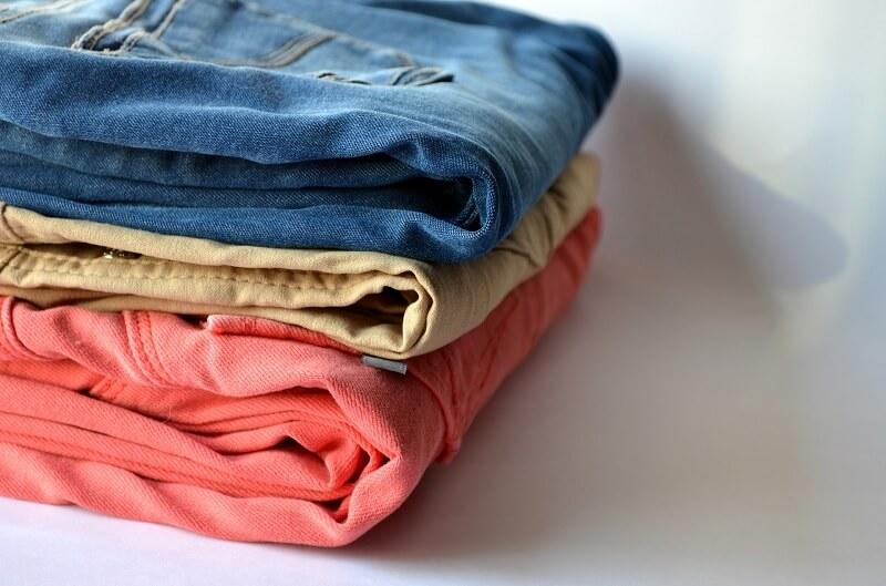 Panduan mencuci jeans yang benar - Pisahkan Warna Jeans dengan Warna Lain