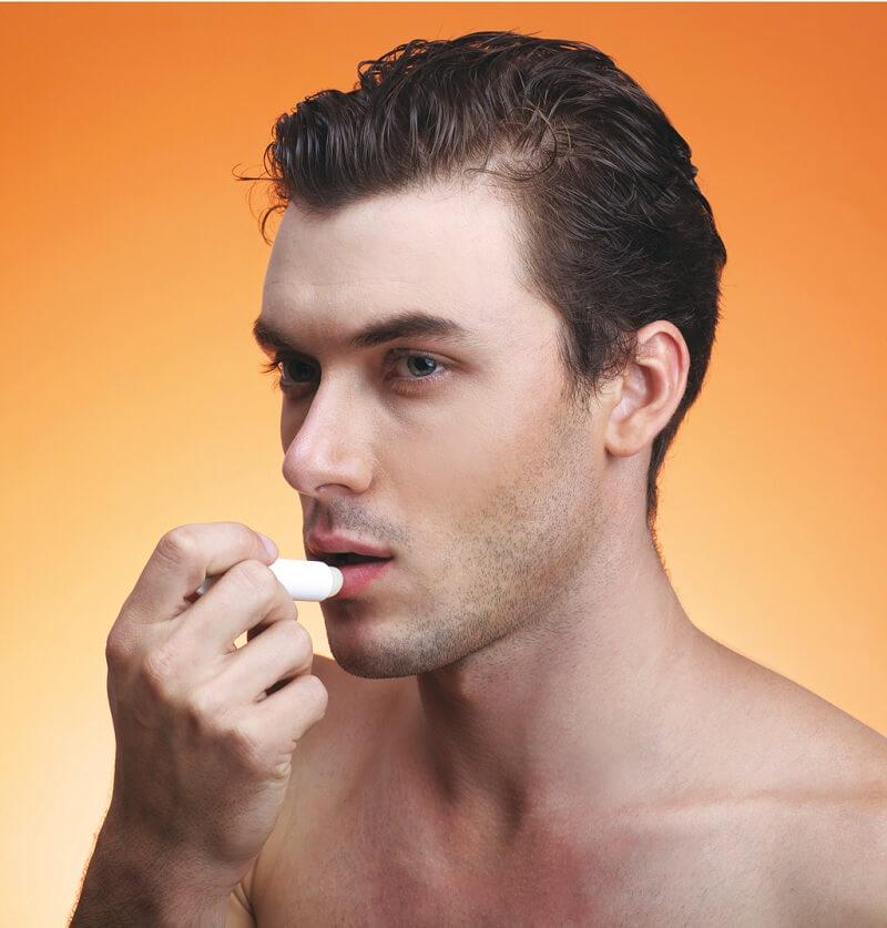 Gunakan lip balm untuk pria