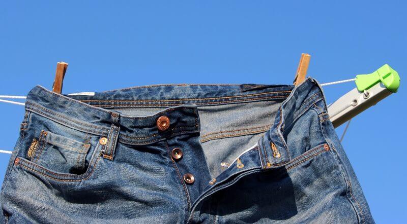 Cara menjemur celana jeans - keringkan dengan angin Air Dry