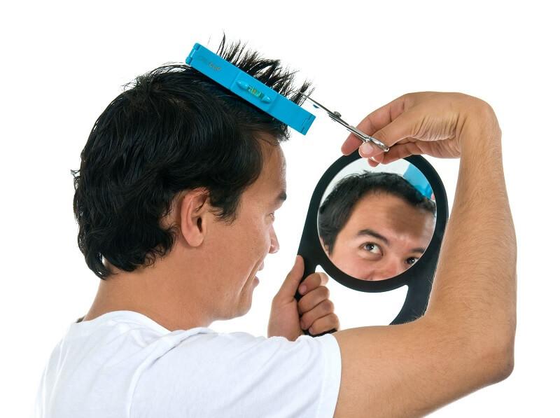cara memotong rambut sendiri untuk pria - potong poni dengan gunting rambut