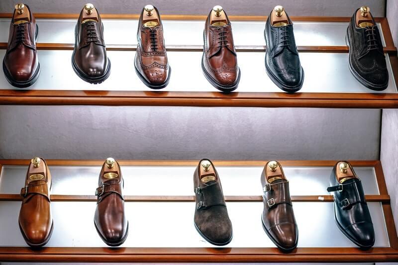 Miliki beberapa sepatu pria cadangan