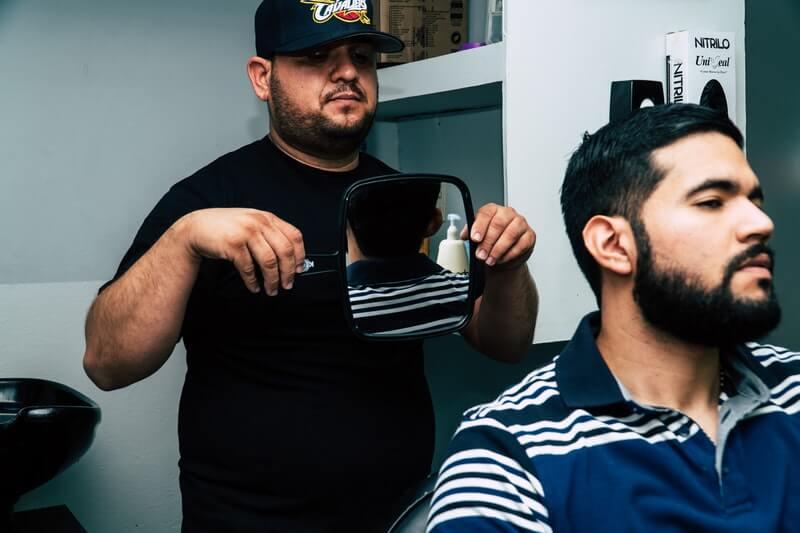 Tips mencukur rambut sendiri untuk pria - bawa teman atau asisten saat mencukur