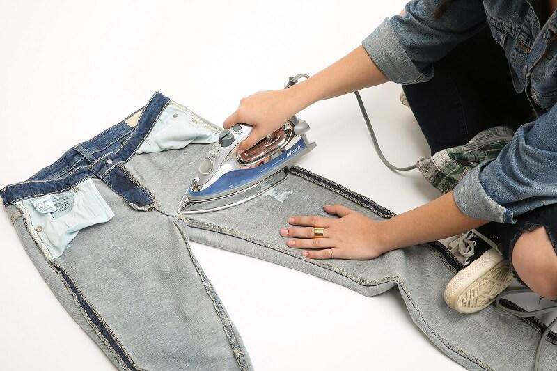Cara menyetrika celana jeans yang benar - balik celana jeans