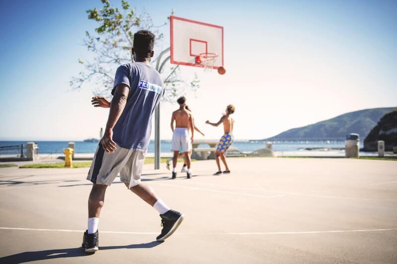 Lakukan olahraga secara rutin seperti basket