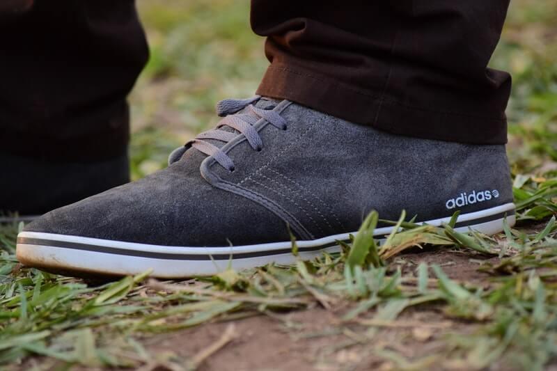 Cek Kondisi Fisik Sepatu Adidas