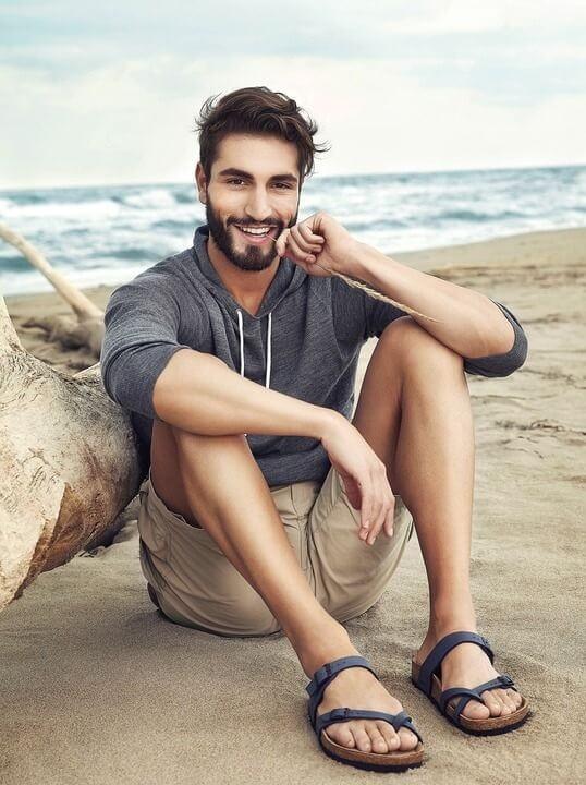 Pakai sandal untuk menunjang gaya kasual pria