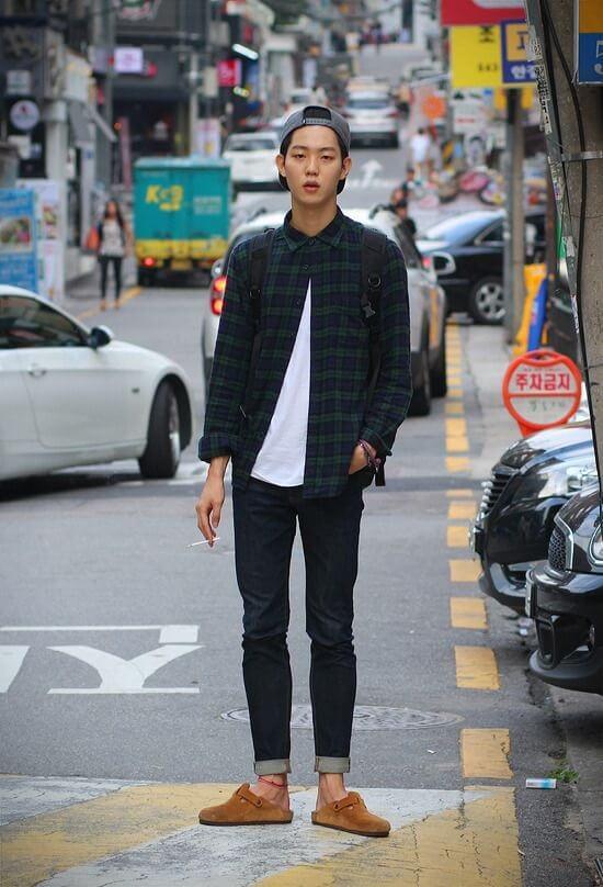 Pakai  kemeja flanel pria sebagai outerwear untuk gaya smart casual