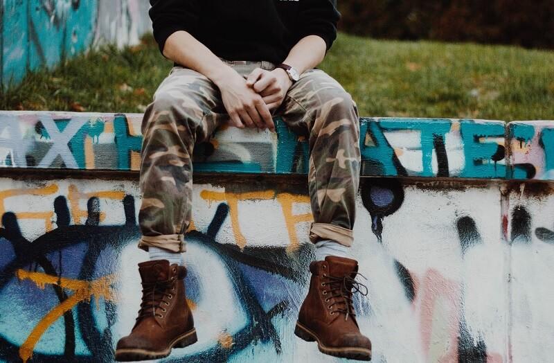 Cara berpakaian untuk pria pendek agar terlihat tinggi - Pakai Sepatu Alas Tebal