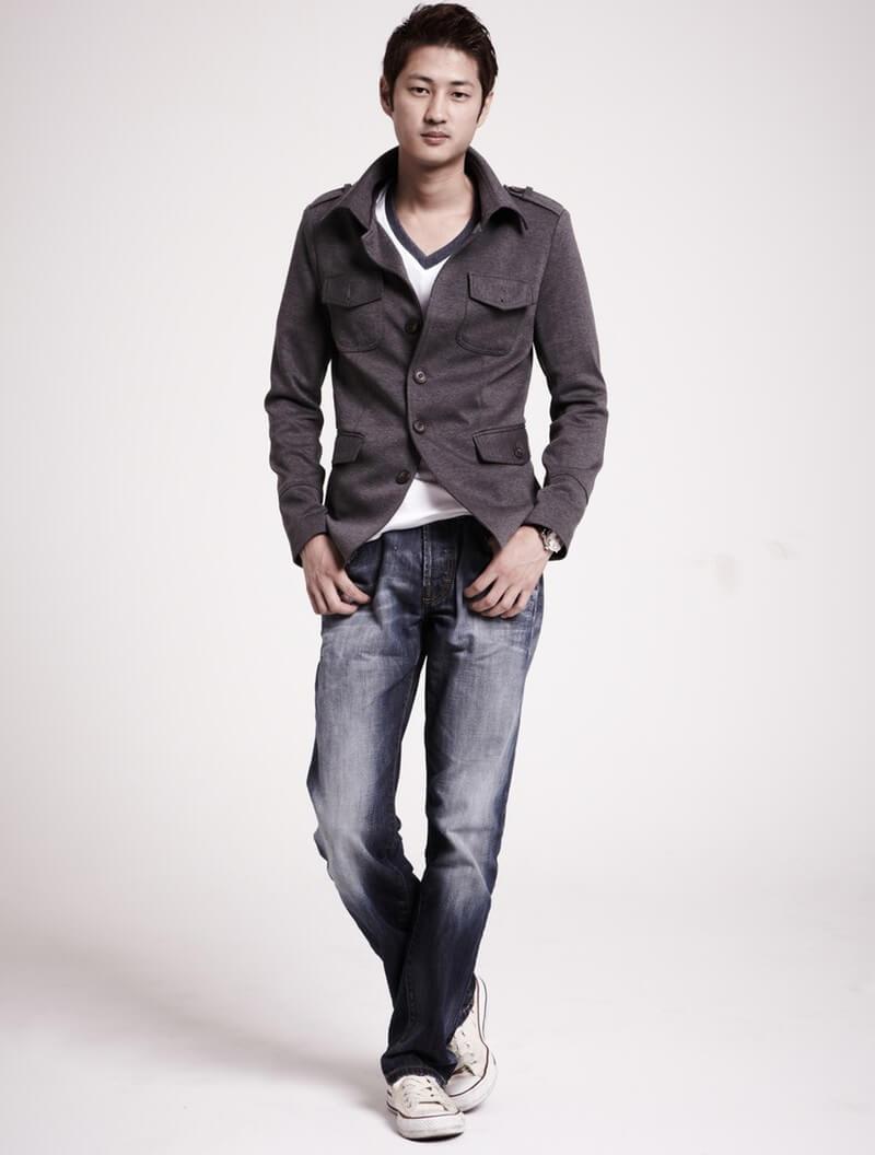 Trik berpakaian agar terlihat lebih tinggi untuk pria - Pakai Kaos V Neck