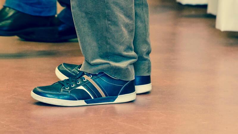 Cara memilih pakaian agar terlihat tinggi - Sepatu yang Warnanya Tidak Mencolok