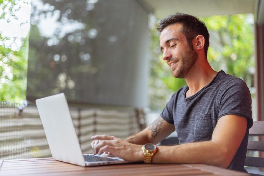 Pria Menggunakan Laptop untuk Belanja Online