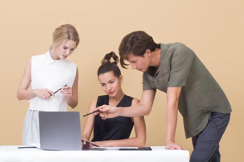 delegasi tugas kerjaan yang kurang penting ke rekan kerja