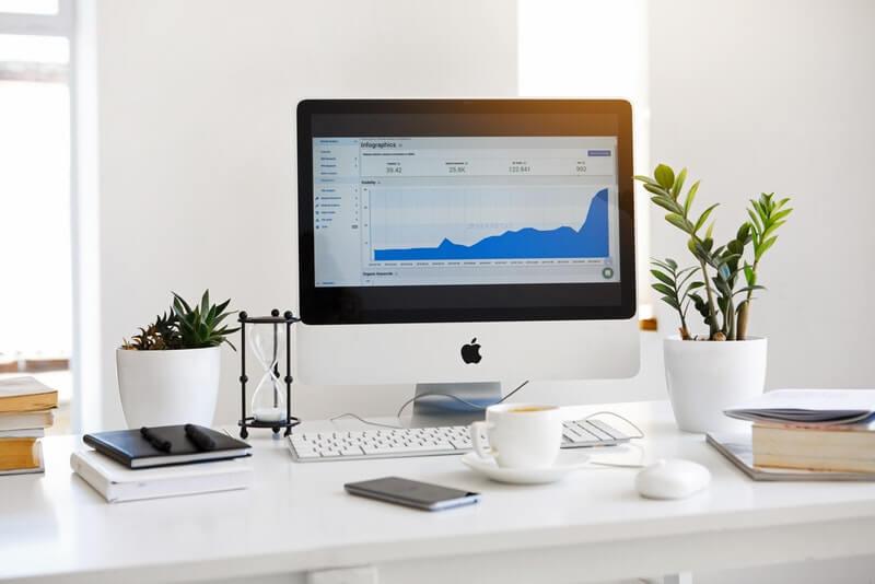 Cara meningkatkan produktivitas kerja di kantor adalah mendekorasi meja kerja lo