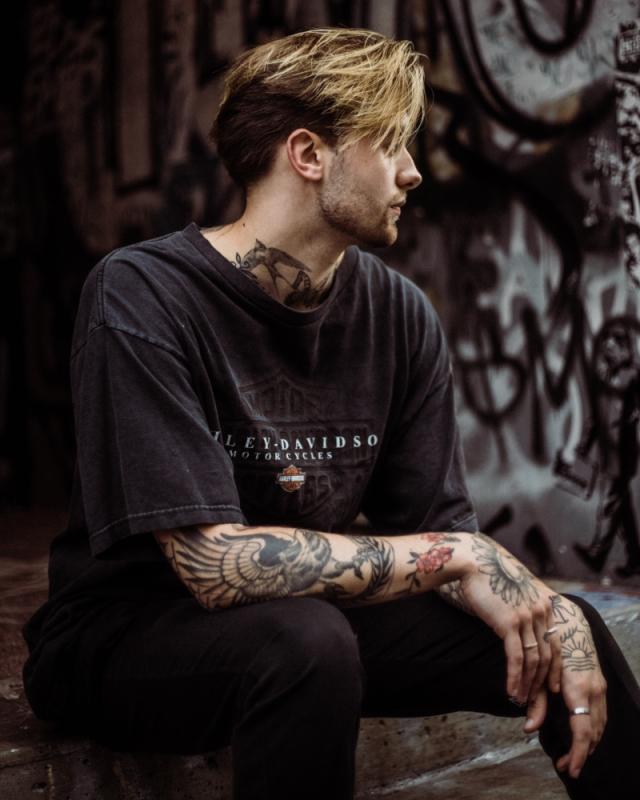 Kaos dengan Desain Busana Unik