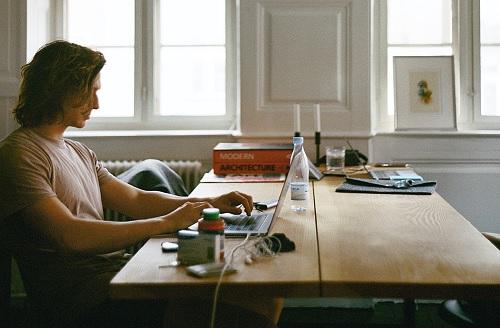 Pentingnya Menjaga Penampilan untuk Pria Selama Bekerja di Rumah