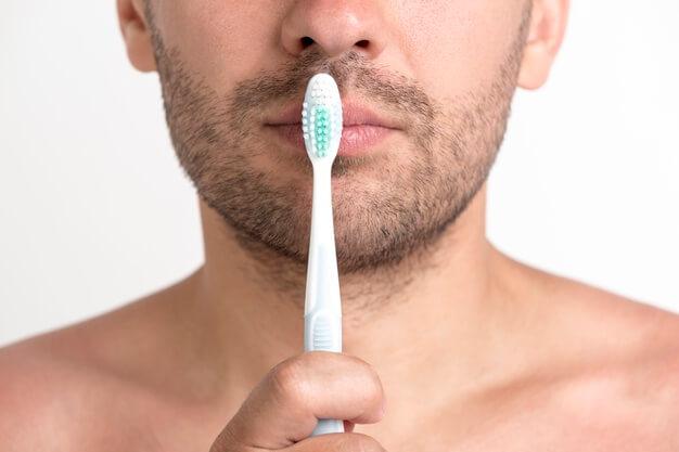 Menyikat Bibir Bagian Luar dan Dalam untuk Mencegah Bibir Pecah dan Kering
