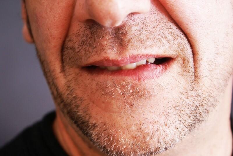 Melakukan Eksfoliasi Bibir