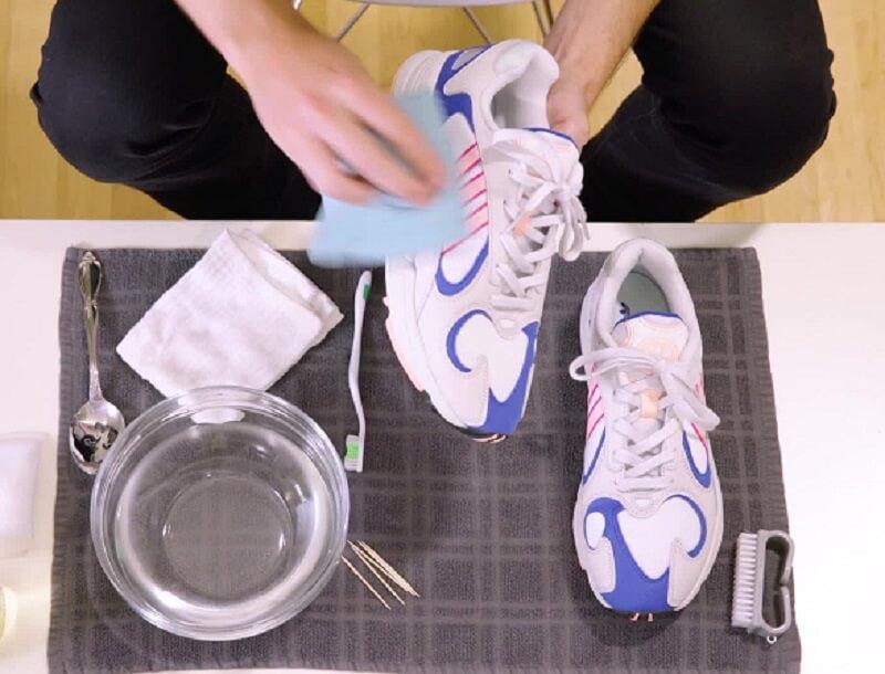 Cuci Sepatu dengan Air Hangat