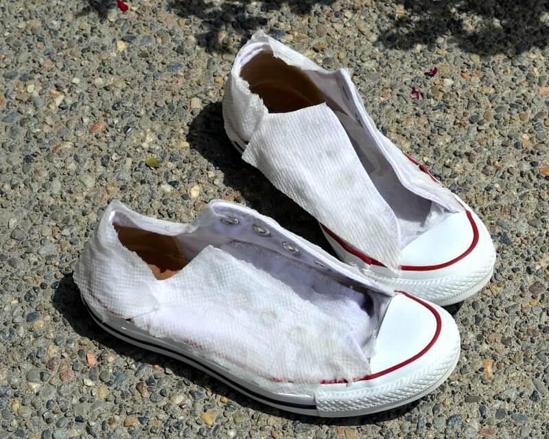 Hindari Menjemur Sepatu di Bawah Matahari