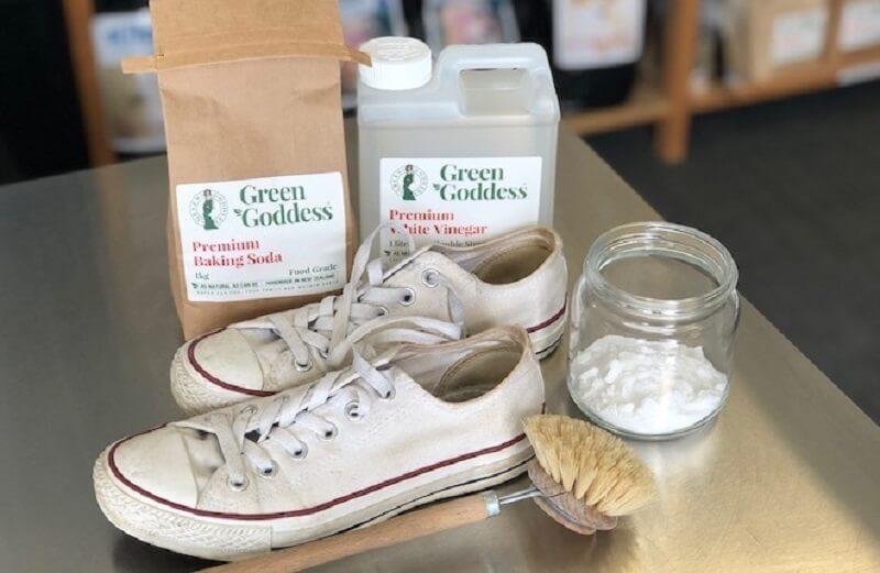 Pakai Cuka dan Soda Kue untuk Memutihkan Sepatu